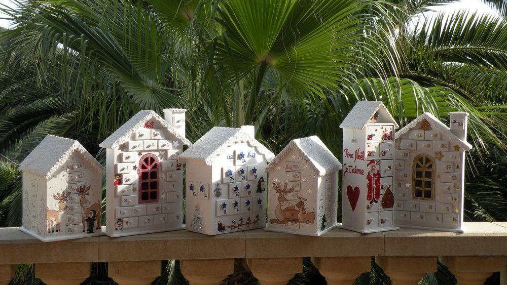 Calendriers de l'Avent en bois  peint et leurs toits enneigés sont arrivés Bientôt NOËL